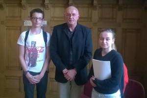 Monsieur Christian Mayer, directeur régional de l'UNSS entouré par Maéva et Cyrille